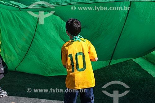 Assunto: Menino com a bandeira do Brasil próximo à Arena Corinthians / Local: Itaquera - São Paulo (SP) - Brasil / Data: 06/2014