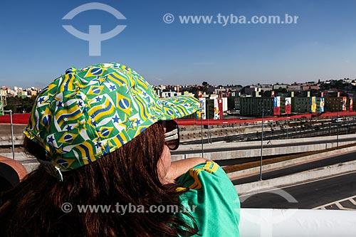 Assunto: Torcedora com prédios decorados próximo à Arena Corinthians ao fundo / Local: Itaquera - São Paulo (SP) - Brasil / Data: 06/2014