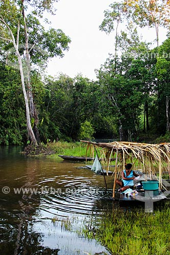 Assunto: Índia lavando roupa no Igarapé Traíra - Aldeia Parintintin / Local: Humaitá - Amazonas (AM) - Brasil / Data: 07/2012