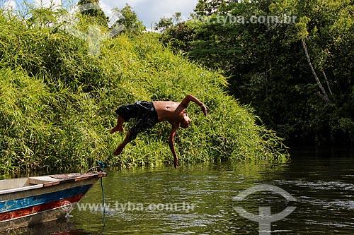 Assunto: Criança indígena saltando no Igarapé Traíra - Aldeia Parintintin / Local: Humaitá - Amazonas (AM) - Brasil / Data: 07/2012