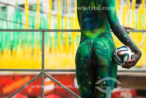 Mulher com o corpo pintado nas cores do Brasil no Alzirão (Rua Alzira Brandão) durante o jogo entre Camarões x Brasil pela Copa do Mundo no Brasil  - Rio de Janeiro - Rio de Janeiro - Brasil