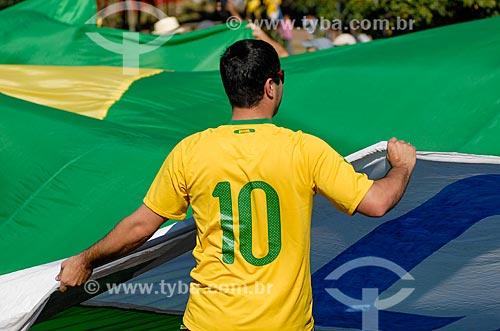 Assunto: Homem abrindo a bandeira do Brasil próximo à Arena Corinthians / Local: Itaquera - São Paulo (SP) - Brasil / Data: 06/2014