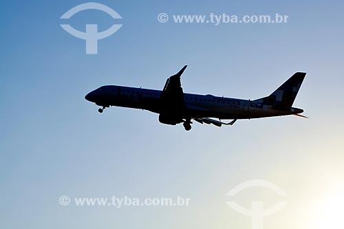 Assunto: Avião sobrevoando a cidade do Rio de Janeiro ao entardecer / Local: Rio de Janeiro (RJ) - Brasil / Data: 02/2014