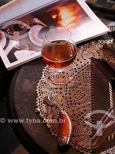 Assunto: Cálice de conhaque e cortador de charutos sobre mesa durante o inverno / Local: Canela - Rio Grande do Sul (RS) - Brasil / Data: 05/2014