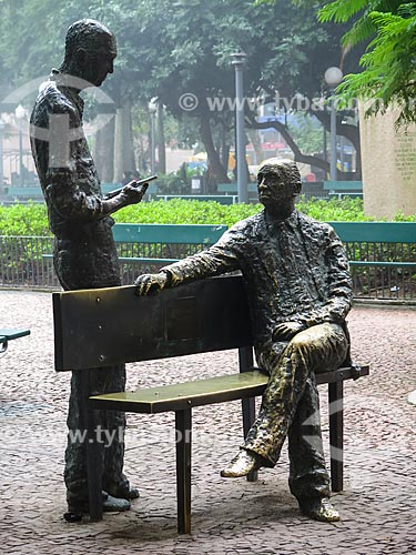 Assunto: Estátua dos poetas Carlos Drummond de Andrade e Mario Quintana na Praça da Alfândega durante o inverno / Local: Porto Alegre - Rio Grande do Sul (RS) - Brasil / Data: 05/2014