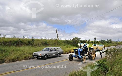 Assunto: Trator com semeadeira trafegando em rodovia / Local: Itapetininga - São Paulo (SP) - Brasil / Data: 04/2014