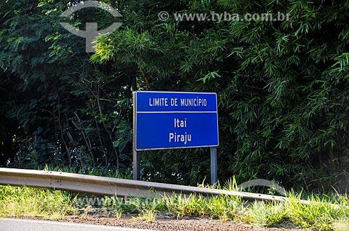 Assunto: Placa indicando a divisa entre os municípios de Itaí e Piraju - Rodovia Raposo Tavares / Local: Piraju - São Paulo (SP) - Brasil / Data: 04/2014
