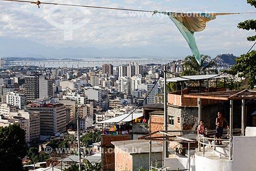 Assunto: Crianças brincando com pipa no Morro do Salgueiro com Tijuca ao fundo / Local: Tijuca - Rio de Janeiro (RJ) - Brasil / Data: 07/2014