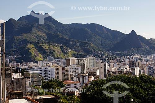 Assunto: Prédios da Tijuca vistos do Morro do Salgueiro - Maciço da Tijuca ao fundo / Local: Tijuca - Rio de Janeiro (RJ) - Brasil / Data: 07/2014