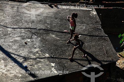 Assunto: Crianças brincando em lage de casa no Morro do Salgueiro / Local: Tijuca - Rio de Janeiro (RJ) - Brasil / Data: 07/2014