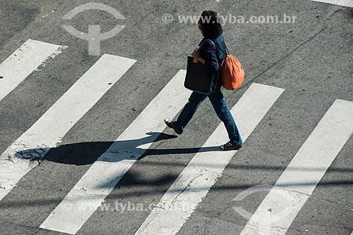 Assunto: Mulher atravessando faixa de pedestre no Largo do Machado / Local: Catete - Rio de Janeiro (RJ) - Brasil / Data: 07/2014