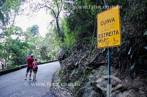 Assunto: Placa de curva estreita na Estrada das Paineiras / Local: Rio de Janeiro (RJ) - Brasil / Data: 08/2014