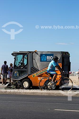Varredeira da COMLURB fazendo a limpeza da ciclovia  - Rio de Janeiro - Rio de Janeiro (RJ) - Brasil