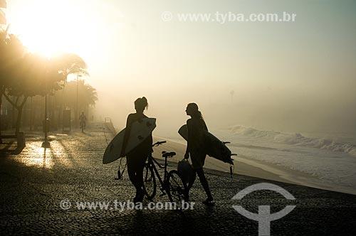 Surfistas caminhando pela calçada da Praia do Arpoador  - Rio de Janeiro - Rio de Janeiro (RJ) - Brasil