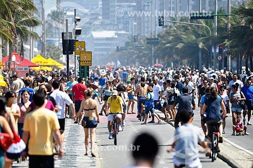 Pessoas caminhando na orla da Praia de Copacabana  - Rio de Janeiro - Rio de Janeiro (RJ) - Brasil
