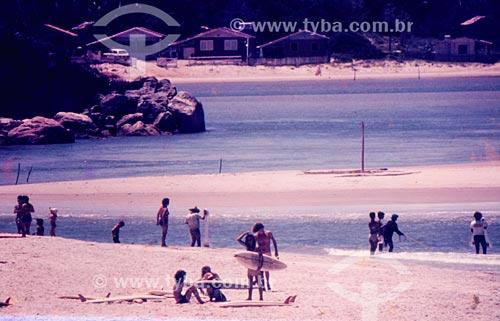 Surfistas na Praia da Guarda do Embaú  - Palhoça - Santa Catarina (SC) - Brasil