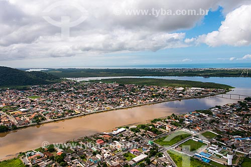 Vista aérea de Iguape ao fundo Ilha Comprida - Complexo Estuarino Lagunar de Iguape Cananéia e Paranaguá  - Iguape - São Paulo (SP) - Brasil