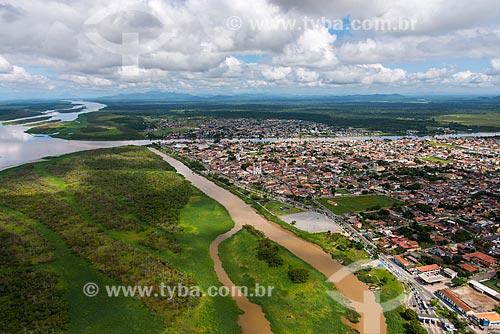 Vista aérea do Rio Ribeira de Iguape ao fundo a cidade de Iguape  - Iguape - São Paulo (SP) - Brasil