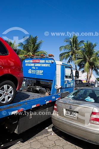 Reboque retirando carros estacionados irregularmente na Praça do Lido durante a Copa do Mundo no Brasil  - Rio de Janeiro - Rio de Janeiro (RJ) - Brasil
