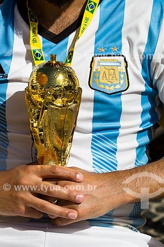 Torcedor argentino com réplica do Troféu da Copa do Mundo da FIFA antes do jogo entre Alemanha x Argentina pela final a Copa do Mundo no Brasil  - Rio de Janeiro - Rio de Janeiro (RJ) - Brasil