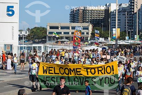 Manifestação religiosa na Praia de Copacabana - Posto 5 - com estúdios temporários de televisão instalados durante a Copa do Mundo no Brasil ao fundo  - Rio de Janeiro - Rio de Janeiro (RJ) - Brasil