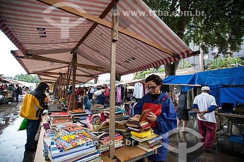 Barraca de livros na feira de antiguidades da Praça XV de Novembro  - Rio de Janeiro - Rio de Janeiro (RJ) - Brasil
