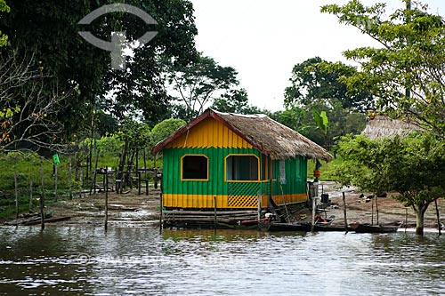 Casebre às margens do Rio Amazonas  - Parintins - Amazonas (AM) - Brasil