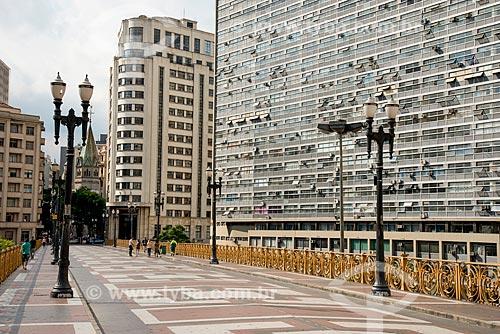 Viaduto Santa Ifigênia com o Palácio Zarzur e Kogan também chamado de Mirante do Vale ao lado e ao fundo Igreja de Santa Ifigênia - estrutura metálica trazida da Bélgica inaugurado em 1913   - São Paulo - São Paulo (SP) - Brasil