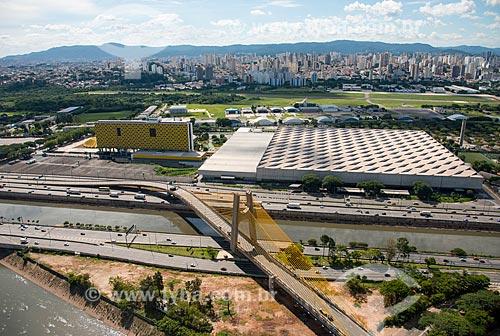 Vista aérea da Marginal Tietê com Ponte Governador Orestes Quércia sobre o Rio Tietê - Hotel e Pavilhão de Exposições Anhembi - Campo de Marte e bairro Santana ao fundo  - São Paulo - São Paulo (SP) - Brasil