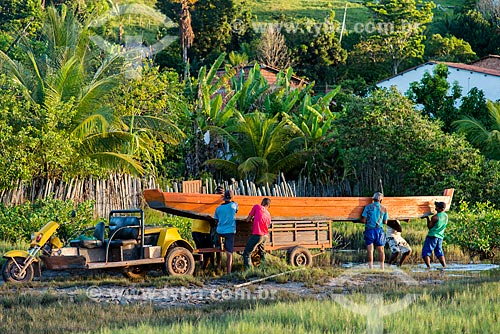 Moradores de Maraú ajudam a desembarcar barco no Rio Marau  - Maraú - Bahia (BA) - Brasil