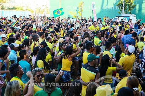 Torcedores assistindo ao jogo entre Brasil x Colômbia na Praça das Três Caixas DAgua  - Porto Velho - Rondônia (RO) - Brasil