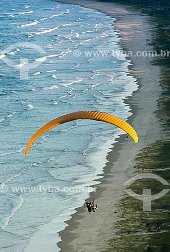 Parapente sobrevoando a Praia da Barra do Sargi  - Uruçuca - Bahia (BA) - Brasil