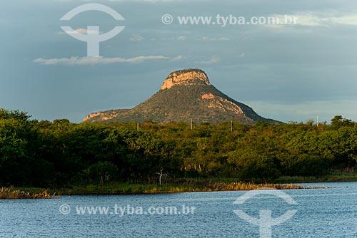 Açude do Pedro Gomes com o Morro do Chapéu ao fundo  - Floresta - Pernambuco (PE) - Brasil
