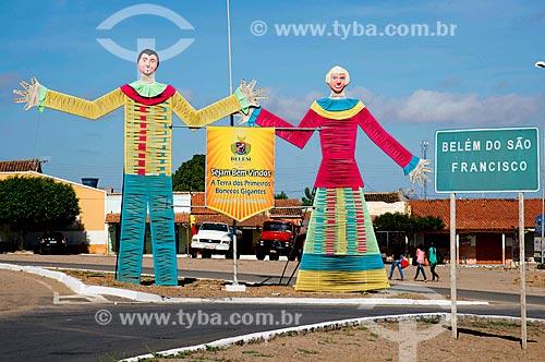 Bonecos gigantes na entrada da cidade de Belém de São Francisco  - Belém de São Francisco - Pernambuco (PE) - Brasil