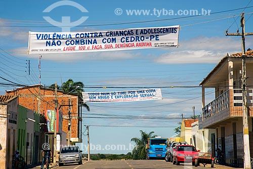 Faixas de campanha de combate a violência contra crianças e adolescentes no centro da cidade  - Cedro - Pernambuco (PE) - Brasil