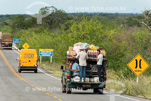 Transporte irregular na Rodovia PE-360 - divisa entre Floresta e Ibimirim  - Floresta - Pernambuco (PE) - Brasil
