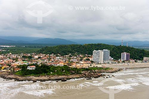 Foto aérea do costão conhecido como Cama de Anchieta - à esquerda - com a Praia do Sonho à direita  - Itanhaém - São Paulo (SP) - Brasil