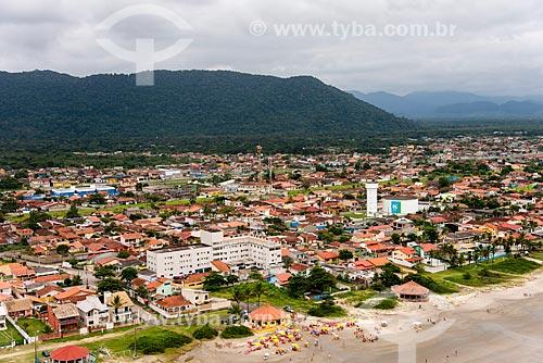 Foto aérea da Praia do Suarão com caixa dágua da Companhia de Saneamento Básico do Estado de São Paulo (SABESP)  - Itanhaém - São Paulo (SP) - Brasil