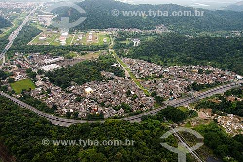 Foto aérea do bairro Cota 95 com a Rodovia Via Anchieta (SP-150)  - Cubatão - São Paulo (SP) - Brasil