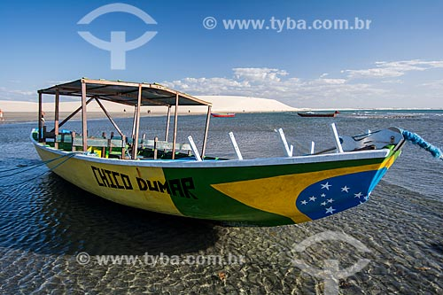 Barco na orla do Parque Nacional de Jericoacoara com a Duna do Pôr do Sol ao fundo  - Jijoca de Jericoacoara - Ceará (CE) - Brasil