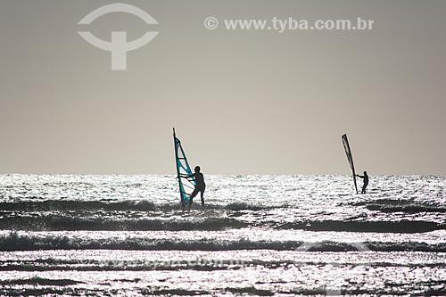 Praticante de windsurf na orla do Parque Nacional de Jericoacoara  - Jijoca de Jericoacoara - Ceará (CE) - Brasil