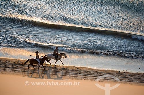 Casal andando a cavalo na orla do Parque Nacional de Jericoacoara  - Jijoca de Jericoacoara - Ceará (CE) - Brasil