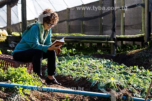 Mulher lendo em meio a plantação de hortaliças  - Petrópolis - Rio de Janeiro (RJ) - Brasil