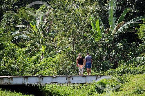 Casal caminhando sobre ponte na Fazenda Tucano  - Nova Iguaçu - Rio de Janeiro (RJ) - Brasil