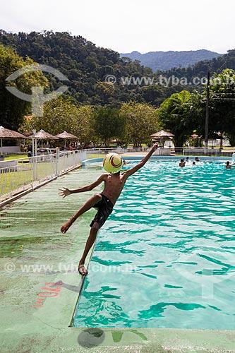 Menino jogando futebol na piscina da Fazenda Tucano  - Nova Iguaçu - Rio de Janeiro (RJ) - Brasil