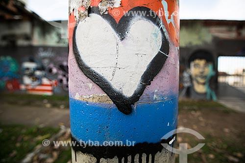 Grafite em poste próximo à pista de skate da Via Light  - Nova Iguaçu - Rio de Janeiro (RJ) - Brasil