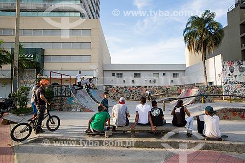 Jovens na Pista de Skate da Via Light  - Nova Iguaçu - Rio de Janeiro (RJ) - Brasil