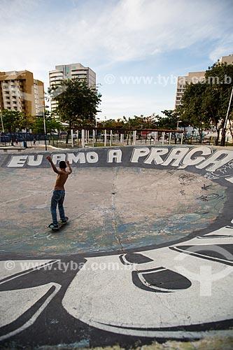 Skatista na Praça Ricardo Xavier da Silveira ou Praça do Skate é reconhecida como a primeira pista de skate do Brasil, inaugurada em 1976  - Nova Iguaçu - Rio de Janeiro (RJ) - Brasil