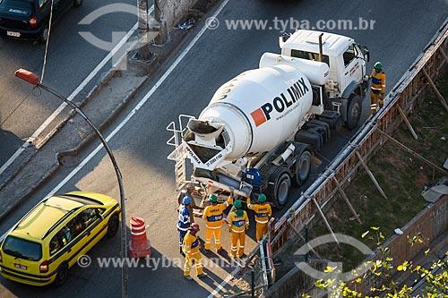 Funcionários da prefeitura fazendo manutenção de mureta na Linha Vermelha na altura do Fundão  - Rio de Janeiro - Rio de Janeiro (RJ) - Brasil