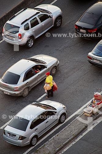 Comércio ambulante na Linha Vermelha próximo à Ilha do Fundão  - Rio de Janeiro - Rio de Janeiro (RJ) - Brasil